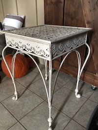 Distressed Metal Side Table w/ Woven Top (White/ Cream)