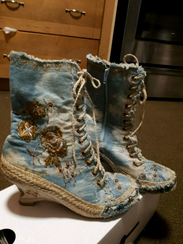Jeans boots with zippi