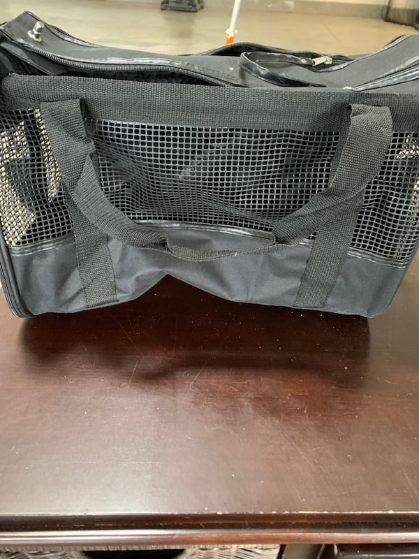 Black pet carrier with lined bottom dfc52f19-d55b-4dee-bbf7-894a0369760e