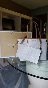 AUTHENTIC MICHAEL KORS SIGNATURE TOTE WITH MATCHING WRISTLET Mississauga