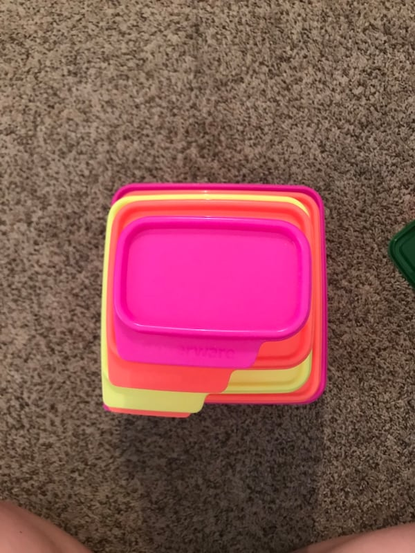 Set of 5 Tupperware containers with lids 95836672-1cf3-4436-a73c-74ea16a97005