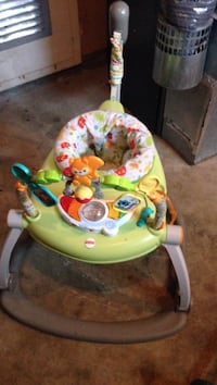 Baby's green and white fisher-price bouncer 3148 km