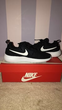 black-and-white Nike running shoes with box Palos Heights, 60463