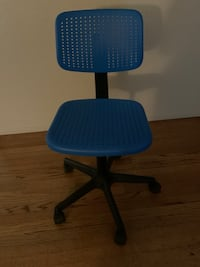 Swivel desk chair with height adjustment, good condition.