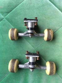 Skateboard truck and wheels set  Toronto, M6J 2R2