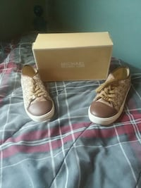 Michael kors shoes new size 5 wore once 202 mi