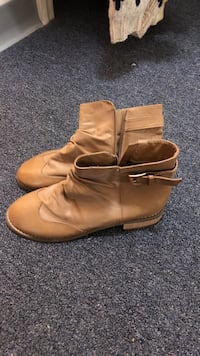 Pair of beige leather boots Bangor, 04401
