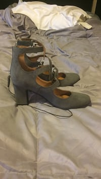 pair of gray suede heeled shoes Ellensburg, 98926