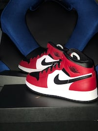 Air jordan 1 mid chicago black toe size 7Y