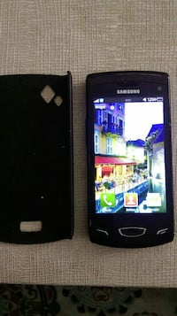 siyah Samsung Galaxy android smartphone with case