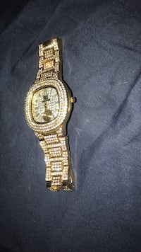Gold-colored analog watch with link bracelet 226 mi