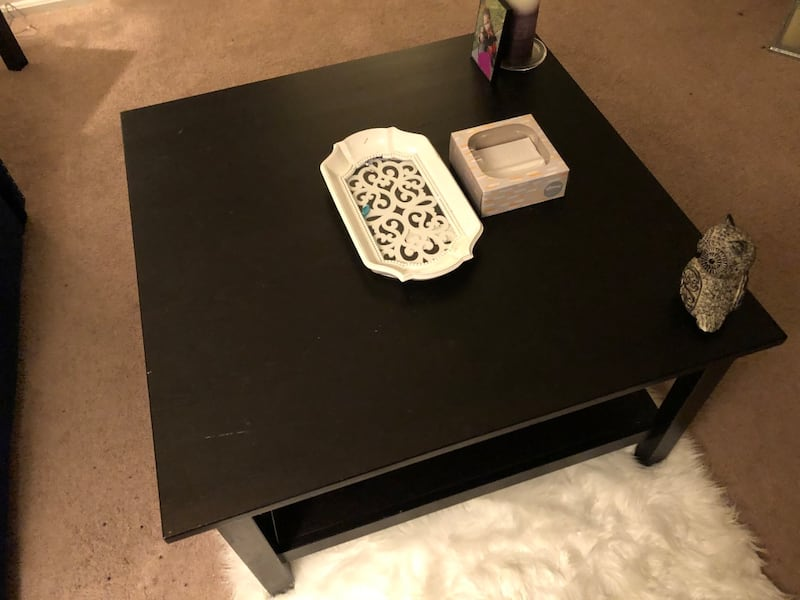 Couch and table 31510adc-bdfb-4e1f-bff7-11704e0c6d85