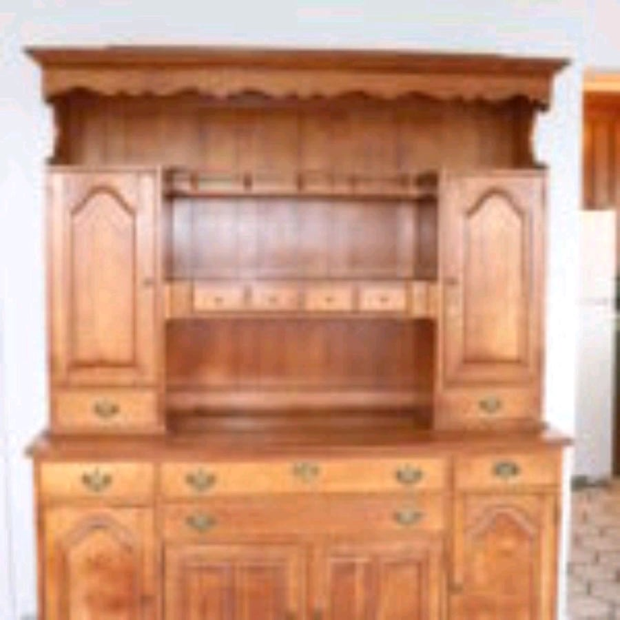 Maple hutch. With dining set.