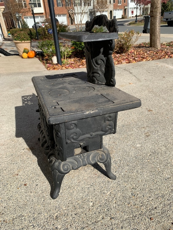 Salesman's sample cast iron stove d4bd44f1-ff97-431d-a247-1f8b156f64e1