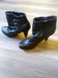 pair of black leather booties Trois-Rivières, G9A 2W4