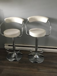 two stainless steel base white leather padded bar stools Montréal, H8R 3Z7