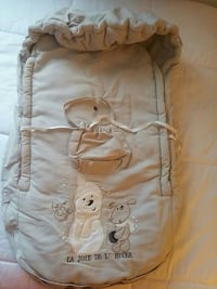 baby's brown winter car seat cover.  Prévost, J0R