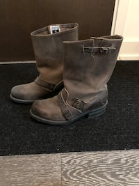 Pair of brown leather boots Toronto, M4M 2T1