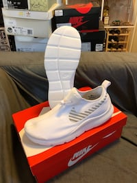 pair of white Nike low-top sneakers with box Oakland, 94606