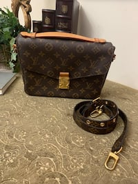 AUTHENTIC LOUIS VUITTON MÉTIS POCHETE  IS REALLY USE PLEASE SE PIC A HAS SOME FLAWS THIS IA WHY IA GOIMG FOR CHEAP THIS IS A SOLD OUT BAG ONLY MESAGE ME IF INTERESTED Bakersfield, 93311
