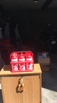 Red and white containers great for  sports team easy carrying 6pak Lynn, 01904