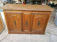Wood two door cabinet / Gabinete de dos puertas  Houston, 77036