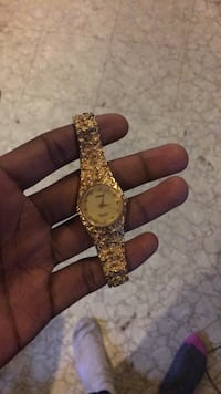 round gold analog watch with gold link bracelet Clinton, 20735