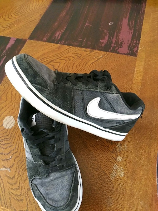 c0f002a8b7 Used unpaired black and white Nike low-top sneaker for sale in Los ...