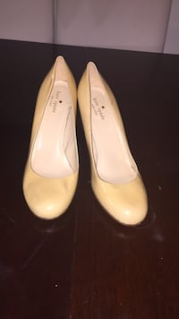 pair of women's white leather pumps 33 km
