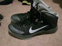 pair of black-and-white Nike basketball shoes Clive, 50325