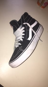 Unpaired black and white high-top sneaker Salem, 01970