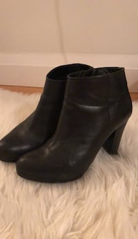 Black leather bootie heels || Size 8
