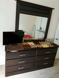 Dresser with 6 drawers and mirror..