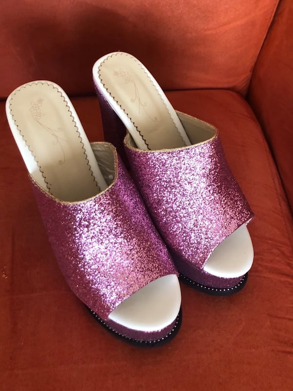 pair of white-and-pink slip on shoes 2ede214d-e430-4085-a6d9-5d091be4e355