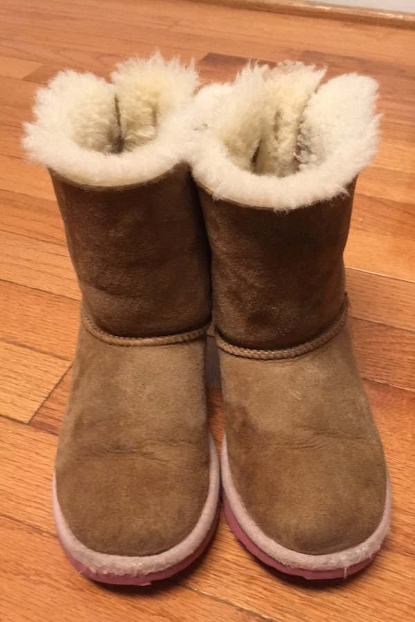 Uggs boots little girl size 12  dca0aa24-75d3-4806-acc9-eda8ee51dab4