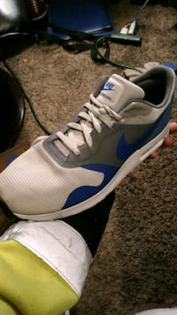 pair of white-and-blue Nike basketball shoes Des Moines, 50315