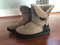pair of gray suede boots 圭尔夫, N1G