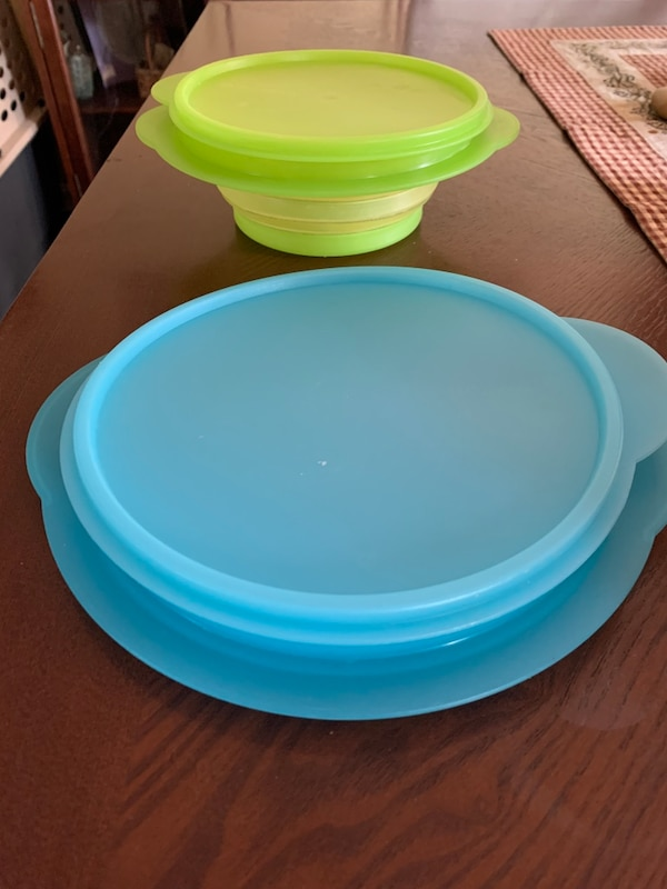 2- Tupperware containers d9f8281f-6ae6-47d4-868e-8ebee917a081