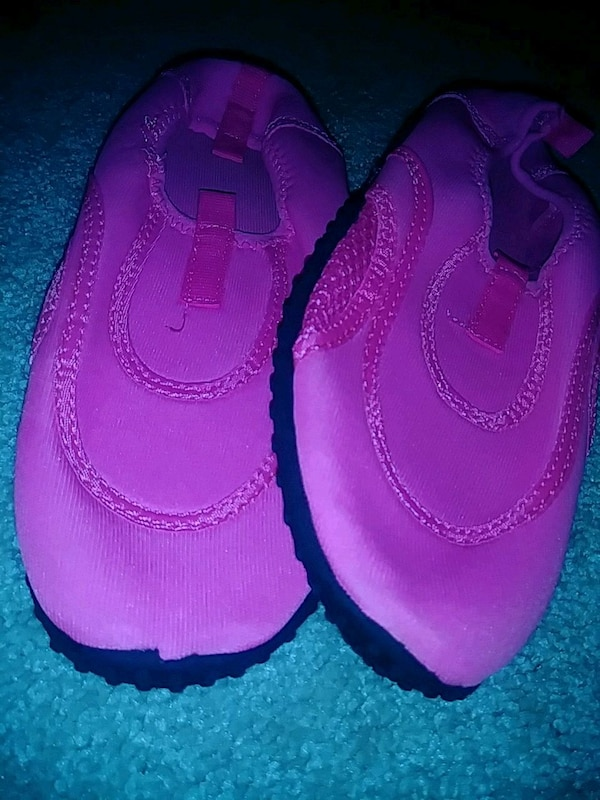 Girl's hot pink swim shoes