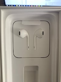 Apple EarPods (non-wireless) w/ Remote and Mic - Brand New