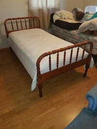 Sold oak twin bed  Westminster, 21158