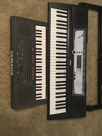 Black and white electronic keyboard Plano, 75023