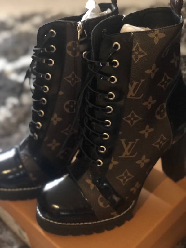 LV WOMANS HEELS SIZE 9