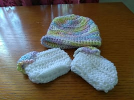 baby's green and grey knitted cap and glove