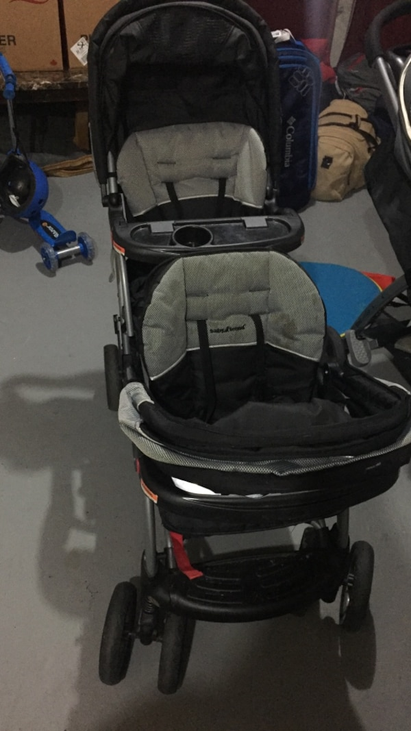 baby's black and gray tandem stroller