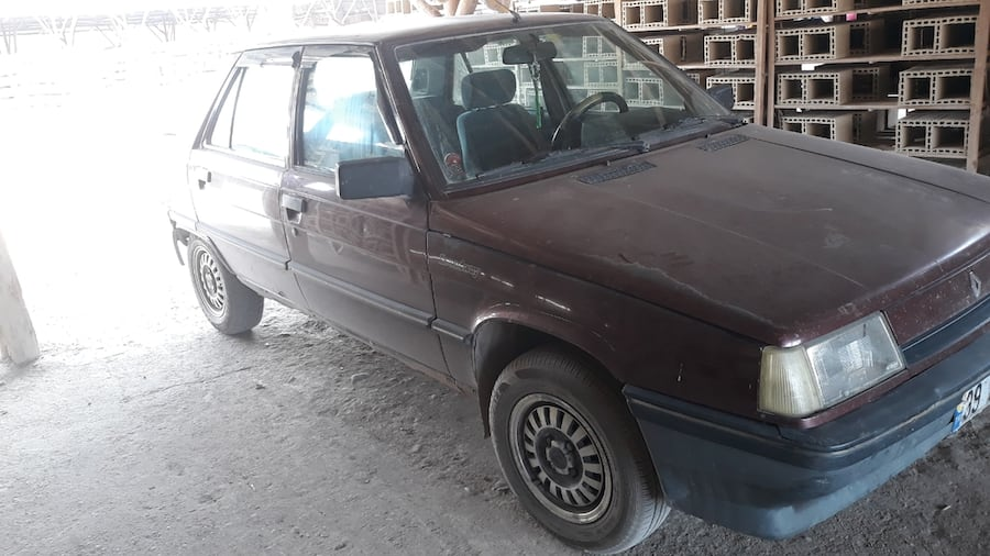 1994 Renault R9 262feabe-724c-4269-acb4-b02afd734ea0
