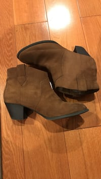 Selling these brown boots they are size 7 and they are slightly usef Port Coquitlam, V3B 8A7