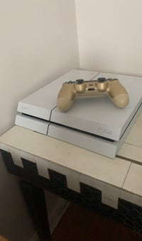 Ps4 special edition come with box and gold controller Toronto, M6B 4E4