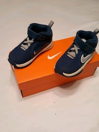 kids blue and white Nikes size 6 Snellville, 30039