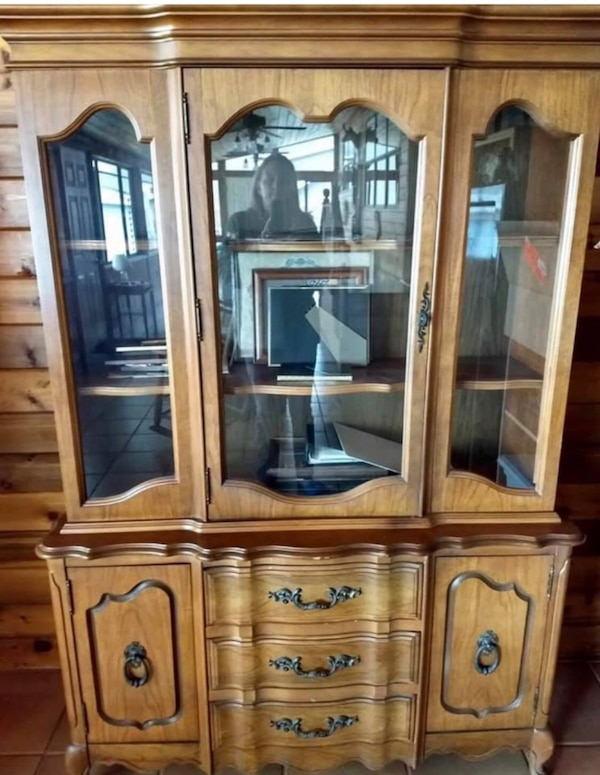 French Provincial Bett China Cabinet Or Hutch